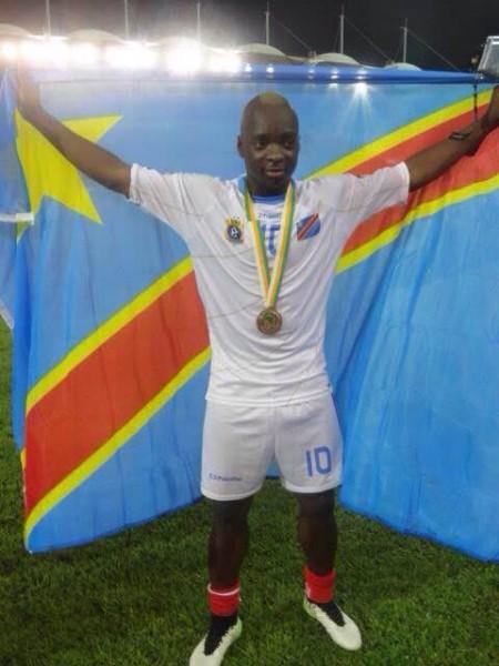 Neeskens-KEbano-arbore-le-drapeau-de-la-RDC